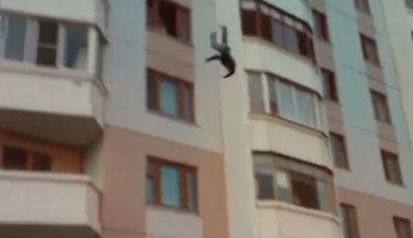 Video: Salta desde un quinto piso y se salva de milagro