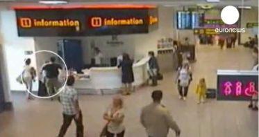 Video: Abandonan a su pequeña hija en un aeropuerto para no perder el vuelo