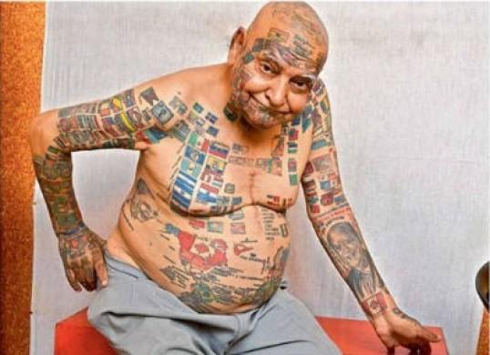 Se tatuó 500 banderas en todo el cuerpo. Foto