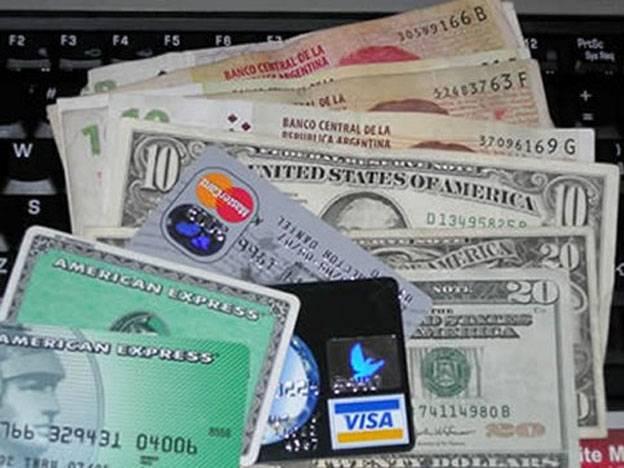 Nuevos controles a las tarjetas de crédito que realicen pagos en dólares