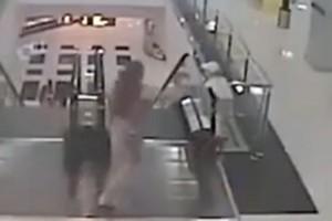 Video: Un niño cae del tercer piso por jugar en una escalera mecánica