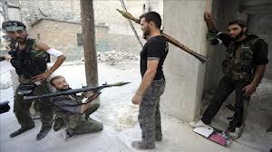 Video: Una escalofriante escena donde se tiran cuerpos desde el tejado de un edificio en Siria