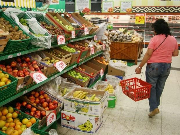 Una persona puede desayunar, almorzar,merendar y cenar por 6 pesos por dia según el INDEC