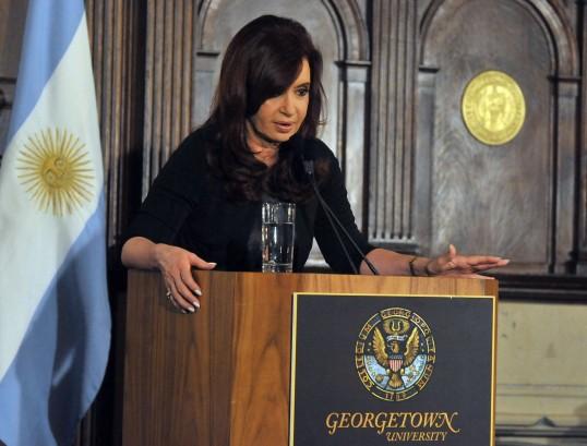 Cristina criticó la dependencia argentina del dólar