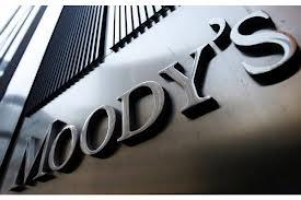 Moody's pasa a negativa la calificación de 30 bancos argentinos