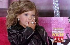 Niña de 5 años prende un cigarrillo en pleno concurso de belleza