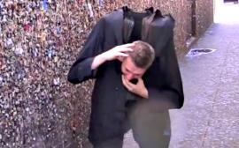 Video: Camina y se le cae la cabeza