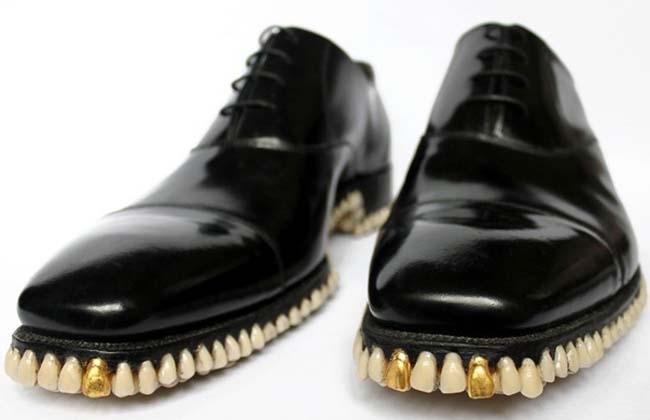 Crean unos zapatos con dientes