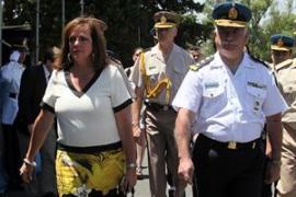 Familiares de policías egresados abuchean a la ministra Garré
