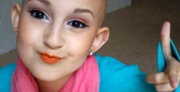 Niña con cáncer que enseña a maquillarse es furor en las redes sociales