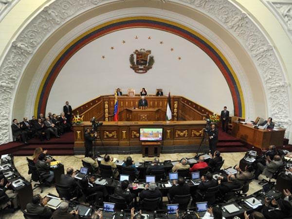 Ante la ausencia de Chávez, la Asamblea elige al virtual presidente de transición
