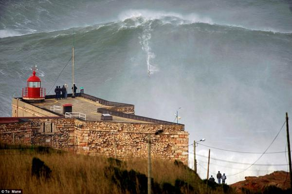 Video: Surfea una ola de 30 metros y rompe el record mundial