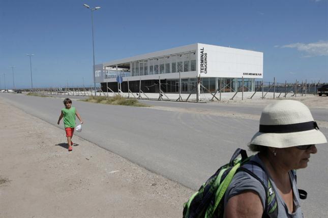 El edificio blanco de la terminal, frente a Playa Grande, está listo para recibir cruceros que no pueden llegar