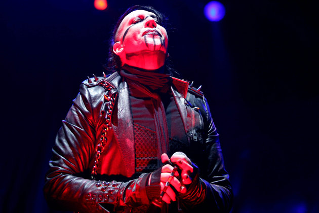 Video: Marilyn Manson se desmaya en pleno show