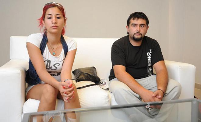 Policias manosean a una mujer y le pegan a su pareja