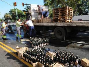 Vuelca y saquean un camión cargado de fernet sobre Avenida Libertador