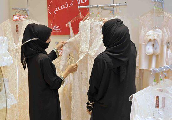 Construyen muros de 1,6 metros para separar a hombres y mujeres en las tiendas de Arabia Saudí