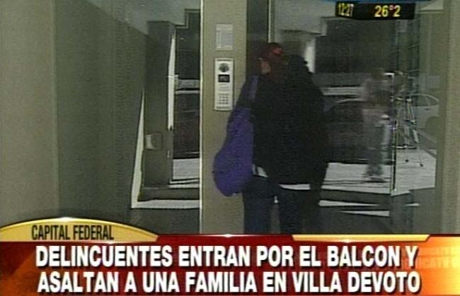 Entran por el balcón, maniatan a familia y saquean departamento