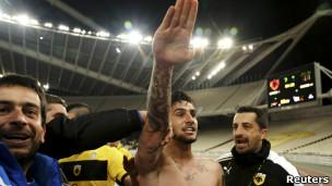Un futbolista griego fue excluido de por vida por hacer el saludo nazi durante un partido
