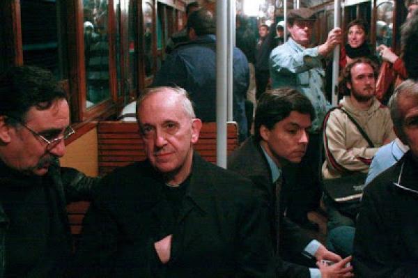 Las fotos que muestran al Papa viajando en ómnibus y en subterráneo 2