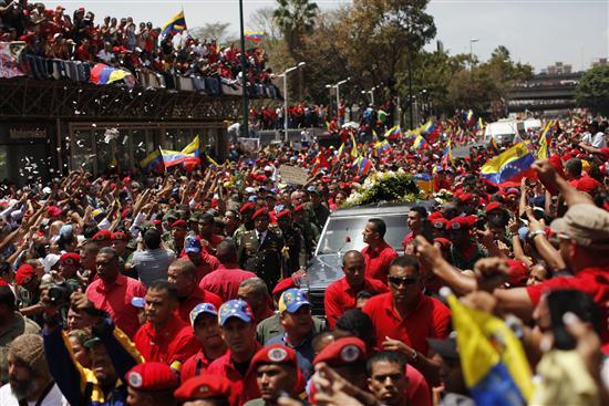 Miles de personas acompañan el cortejo fúnebre de Chávez