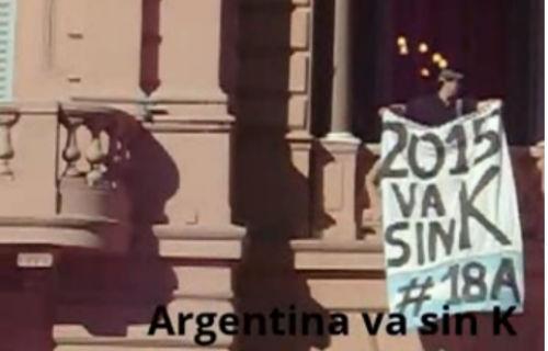 Colgaron una bandera contra el Gobierno en la Casa Rosada