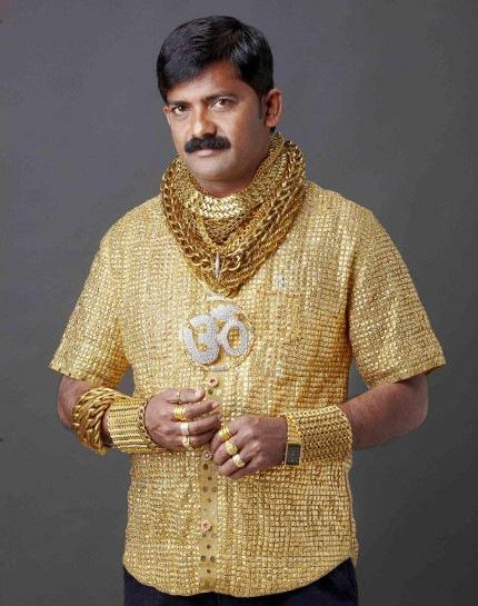 Se hace hacer una camisa bañada en oro