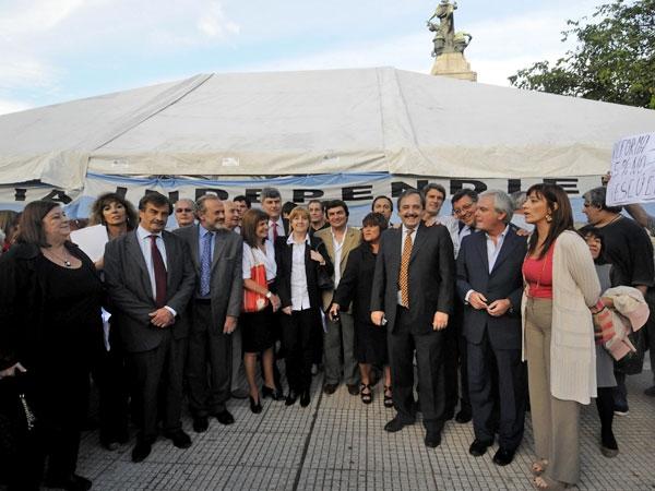 """Diputados opositores montaron la """"carpa por la justicia independiente"""""""