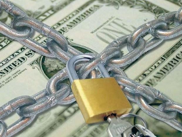 Los bancos evalúan limitar los retiros de dólares con tarjeta en el exterior
