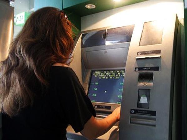 Nuevos controles al dólar: El BCRA envía cartas a quienes saquen dólares de cajeros en el exterior