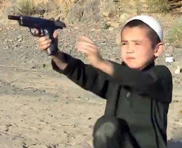 Niños de 5 años armados en un campo de entrenamiento en Afganistán