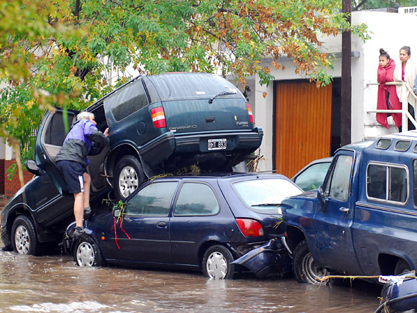 Más de 35 muertos en La Plata confirmó Scioli