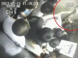 Video: Mujer muere partida en 2 por un ascensor