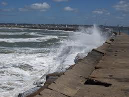 Tiraba las cenizas de su mujer al mar y se ahogó delante de su hija de 11 años