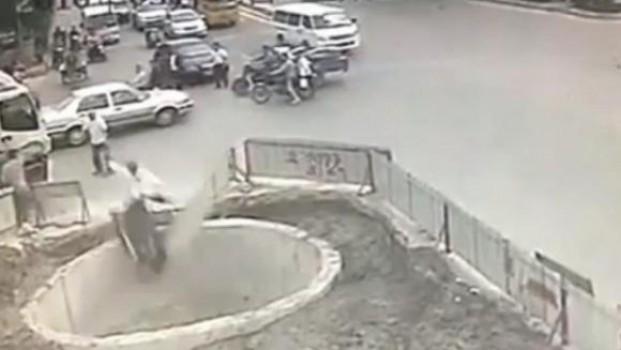 Video: Motociclista chino choca 4 veces y después se cae a un pozo
