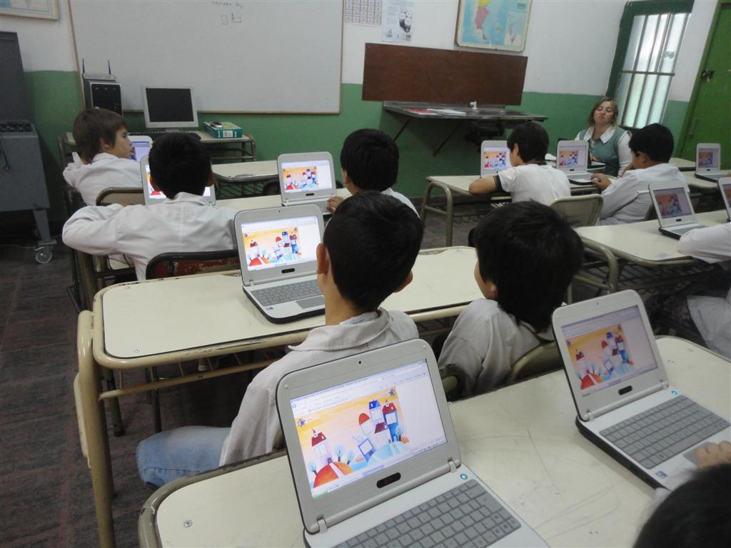Aulas digitales móviles de 30 notebooks, router, pizarra electrónica, proyector y cámara por cada escuela, en marcha