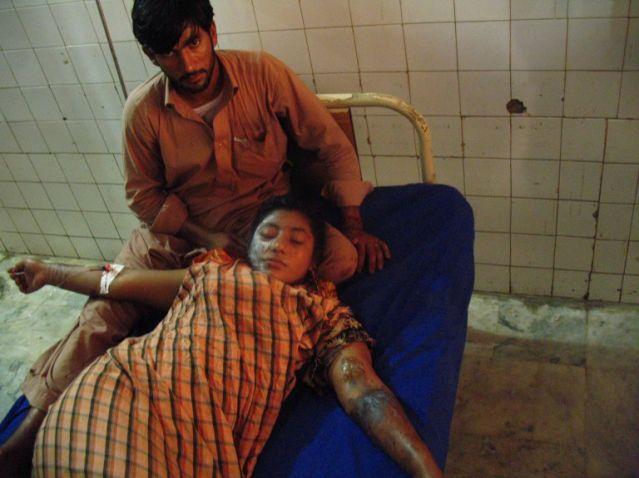 Actriz pakistaní es atacada con ácido por un productor al rechazar casarse con él