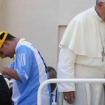El Papa Francisco subió al papamóvil a un joven Down