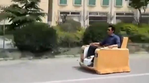 Video: Maneja a toda velocidad un sillon por una avenida