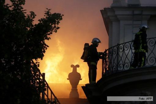Histórico palacio de París queda destruido por un incendio