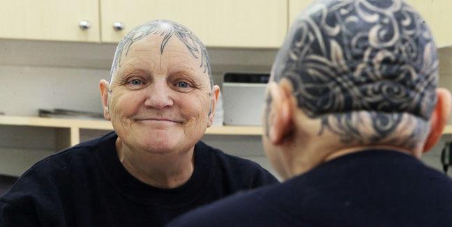 Una abuela cansada de usar peluca se tatuó la cabeza completa