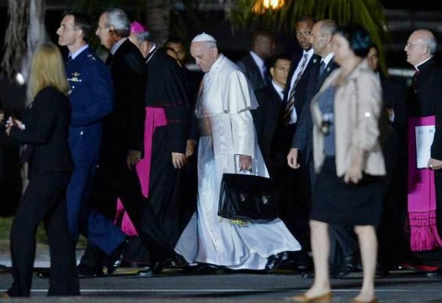 Qué lleva El Papa Francisco en su portafolio negro