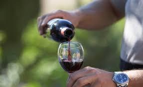 5 formas diferentes de destapar un vino sin un sacacorchos