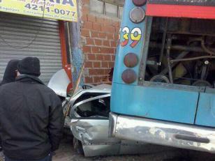 Un Colectivo aplastó a un auto y se incrustó en una casa