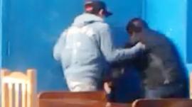 Video: Feroz golpiza a un chico discapacitado en una escuela