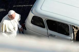 El Papa recibió de regalo un Renault 4L