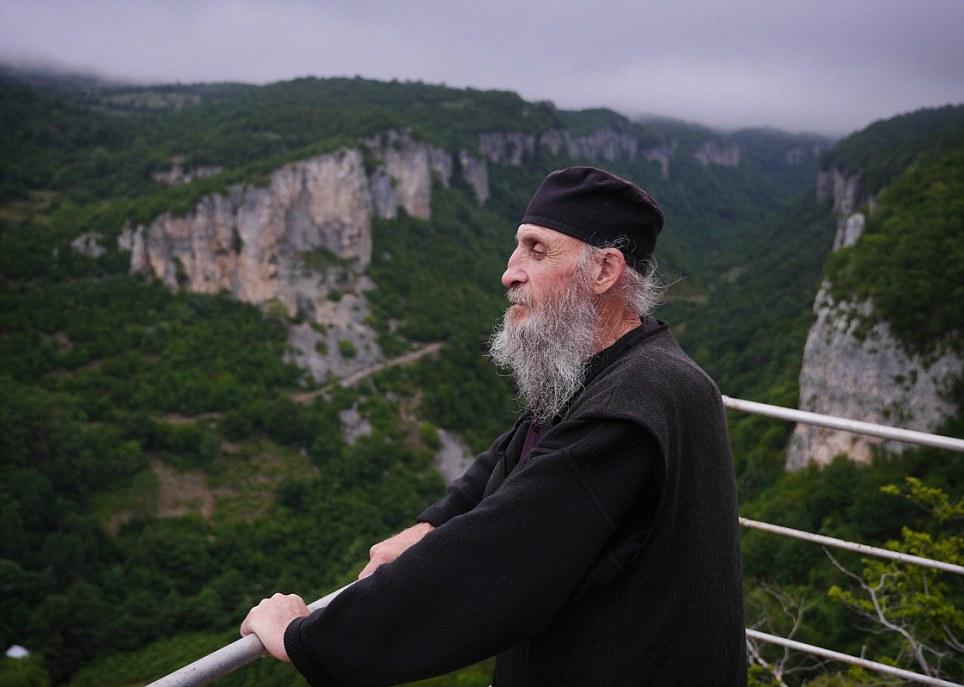Decidió vivir arriba de la Montaña,porque odia el Mundo Actual