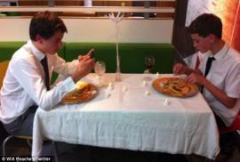 Cenan a la luz de las velas a un McDonald's