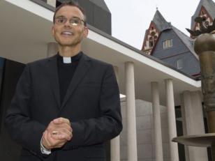 """El Papa Francisco suspende al """"obispo de lujo"""""""