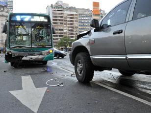 Chocan colectivo y camioneta en Retiro